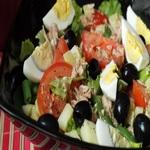 Салат из консервированного тунца, с овощами