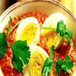 Салат из яиц и рыбы в томатном соусе