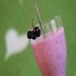 Коктейль из сока черноплодной рябины с молоком